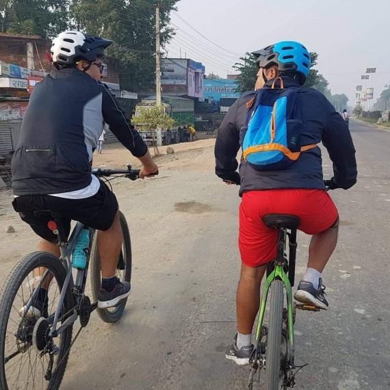 स्वास्थ्यको लागि विहान साइकल चलाउँदै डा. प्रकाश थापा लगायत ।