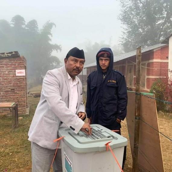 मतदानको शुरूवात गर्दै केन्द्रीय सदस्य गिरी