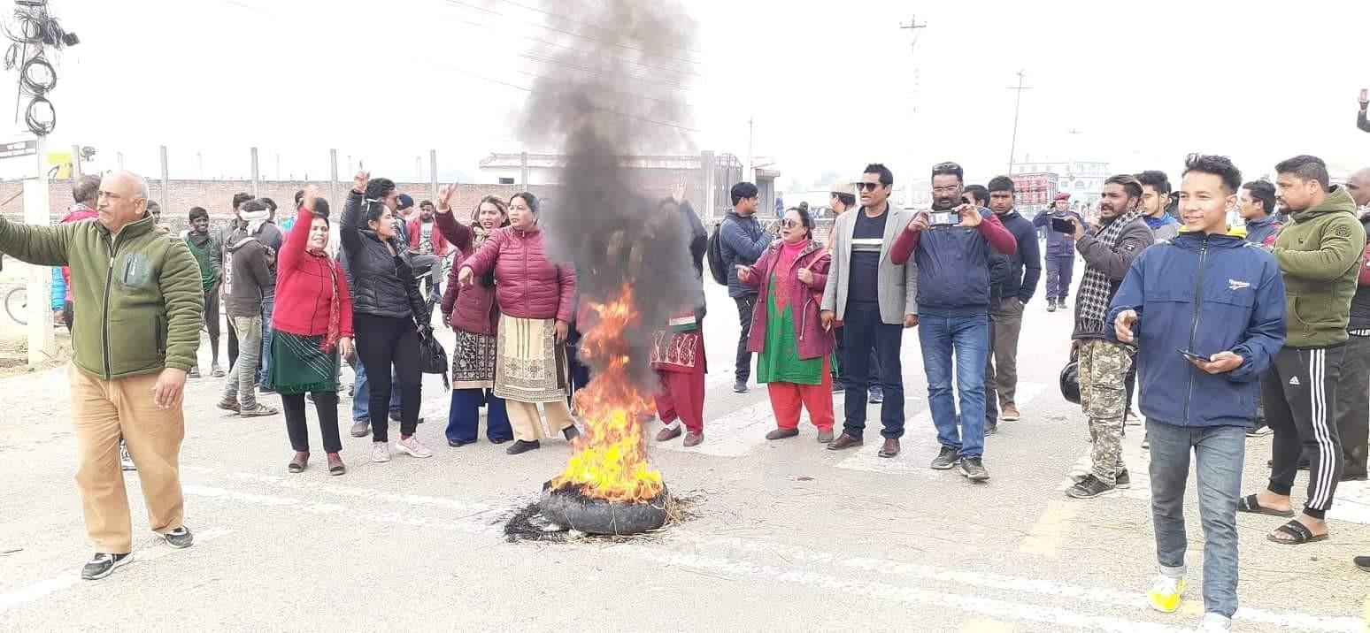 नेपालगन्जको राझाँमा अध्यक्ष हुकुम केसीमाथी भएको आक्रमणको बिरोधमा टायर बाल्दै चक्काजाम