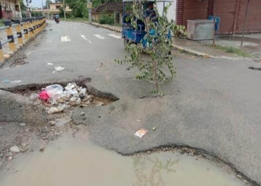 कोरियनपुर छिर्ने मुख्य सडकको मुखमै ठूलो भ्वाँङ, दुर्घटनाको जोखिम बढ्यो