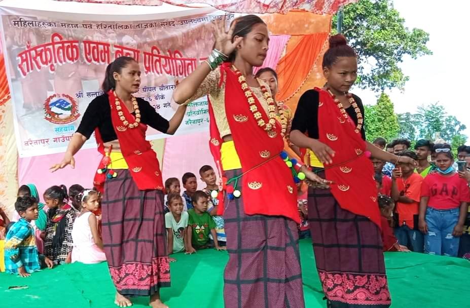 नरैनापुरको कोहलामा तीज नृत्य प्रतियोगिता